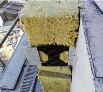 Hliníkové kotvy. Na obvodový železobetonový skelet sa osadili hliníkové kotvy budúcej prevetrávanej fasády