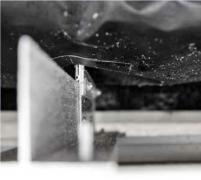 Utesnenie detailov. Všetky detaily a priestupy v difúznej hydroizolačnej fólii – hliníkové konzoly, ukončenia a napojenia na ostatné materiály (železobetón, detaily pri nadpraží hliníkového okna a pod.) sa zabezpečili pred prenikaním vlhkosti pomocou UV stabilizovanej lepiacej pásky