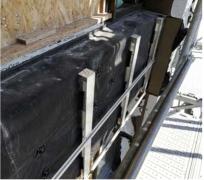 Hliníkový rošt. Na hliníkové konzoly, ktoré vytvorili odvetrávaciu medzeru, sa osadil hliníkový rošt, ktorý bolo potrebné rektifikovať
