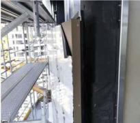 Fasádne kazety. Na vyrovnaný rošt sa inštalovali kovové bondové fasádne kazety so škárou medzi spojmi 20 mm