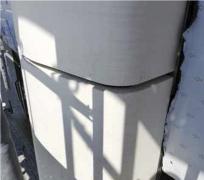 Škára medzi prvkami exoskeletu. Medzi prvkami bieleho exoskeletu zo špeciálneho GRC betónu vystuženého sleneným vláknom sa zachovala škára medzi spojmi so šírkou 30 mm