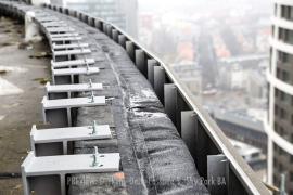 Fasáda je tvorená kombináciou hliníkovej prevetrávanej fasády a exoskeletu zo špeciálneho GRC betónu vystuženého skleneným vláknom