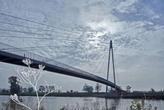Lávka v Lužci nad Vltavou má zavěšenou konstrukci s jedním pylonem a dvěma poli o rozpětích 30+100 m. Hlavní pole překračuje řeku šířky 70 m. Pylon je ocelový, výšky 40 m a tvoří v rovinaté krajině protiváhu kostelní věži