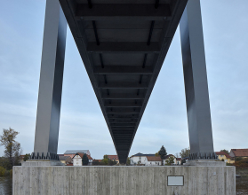 Mostovka je u lávky přes Vltavu vedena ve výškovém oblouku s poloměrem 777 m, sestavena byla z přímo pochozích prefabrikátů z UHPFRC