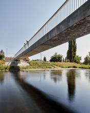 Forma mostu přes řeku Lubinu je lapidární, ze statického hlediska má nosná konstrukce unikátní štíhlostní poměr výšky ku délce 1:44. Jako konstrukční materiál byl použit UHPFRC třídy C110/130 s rozptýlenou ocelovou výztuží