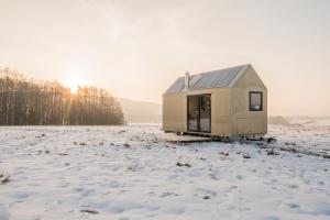 K přesunu domku Mobile Hut potřebujete jen větší osobní auto s tažným zařízením, tzv. koulí. Postavit ho můžete kdekoli bez stavebního povolení, jen se souhlasem majitele pozemku
