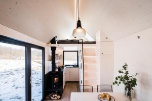 Ještě větší nezávislost svým návštěvníkům a majitelům zaručí větší a vylepšená kuchyň i koupelna se spalovacím záchodem. Více pohodlí skýtají i nové schody, které nahradily původní žebřík vedoucí do spacího patra. Interiér je stále dřevěný, nově ale z běleného smrku. Pomocí polohování vestavěného nábytku se může přizpůsobit dispozice různým funkcím, na vyvýšeném lůžku v přízemí s dvěma řadami výsuvných šuplíků se po rozložení vyspí dva lidé a nahoře v patře nad plně vybavenou kuchyňkou je ještě manželská postel