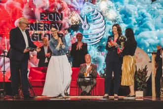 Dana Motlová, spoluzakladatelka Domova Podhradí, přebírá cenu pro celkového vítěze z rukou Claudie Viohl, generální ředitelky