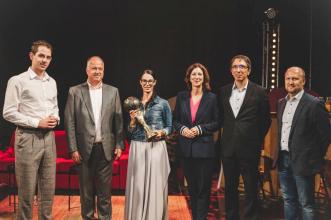 Vítězové jednotlivých kategorií soutěže E.ON Energy Globe společně s Claudií Viohl, generální ředitelkou E.ONu v České republice