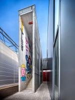 Hlavní vstup do objektu je přes betonový portál, výtvarně pojednaný grafitti, které se vztahuje k příběhu Wurthu