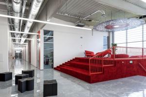 Dispoziční řešení sleduje volný vnitřní prostor a flexibilitu. Uvnitř haly je administrativní část v úrovni prvního patra