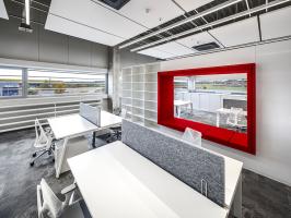 Interiéry kanceláří byly navrženy spíše obytně, ale s tavební, nosné a konstrukční prvky autoři ponechali viditelné. Stejně naložili s technologiemi