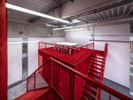 V prostoru naproti hlavnímu schodišti jsou dvě zděné nástavby, jejichž strop zde dotváří lokální 3. NP