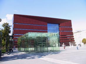 Obr. 2: Vstup do podzemního parkoviště před koncertní síní Narodowe Forum Muzyki, Wrocław, Polsko