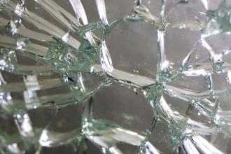 Obr. 4: Vměstek sulfidu niklu v tepelně tvrzeném skle