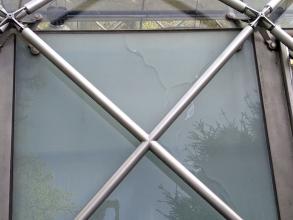 Obr. 8: Porušení tabule skla vlivem teplotních změn – oranžerie v Královské zahradě na Pražském hradě