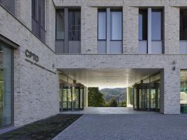V návrhu autoři využili městskou typologii tvořící prostor a vazby s výrazným charakterem. Brána se otevírá k výhledům i do náměstí