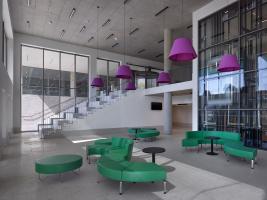 V úrovni parteru je náměstí propojeno s foyer a dalšími interiéry