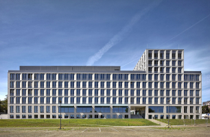 Stavba Centra přírodovědných a technických oborů UJEP vytvořila důstojnou dominantu v kampusu, který vznikl na místě krajské nemocnice