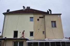 Obnova domu po prvním nátěru fasádní barvou Baumit StarColor (vlevo) – porovnání s omytou fasádou (vpravo)