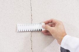 Kontrola velikosti trhlin na fasádě