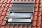 Předokenní rolety VELUX pro ochranu před sluncem i pro regulaci tepla