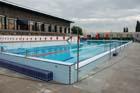 Venkovní bazén na Slovanech se po rekonstrukci opět otevřel veřejnosti
