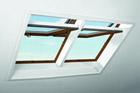 ROTO představilo na For Archu plastová střešní okna v dekoru Borovice a Zlatý dub
