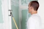 Vodou aktivovaná samolepicí lišta AquaBead pro ochranu vnějších rohů