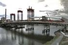 Stavaři začali se zvedáním ocelového oblouku Trojského mostu