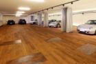 Materiály Thomsit pro dřevěnou podlahu garáže luxusních sportovních automobilů